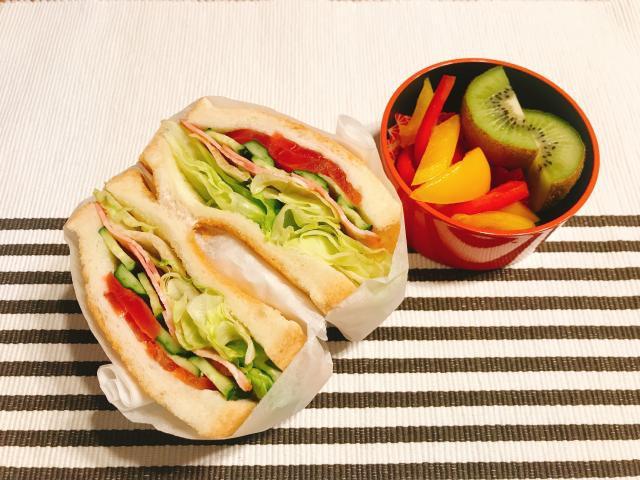 定番サンドでボリューム満点♪彩り野菜のサンドイッチ
