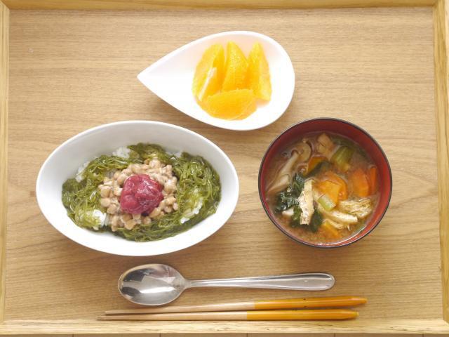 梅とめかぶの納豆丼